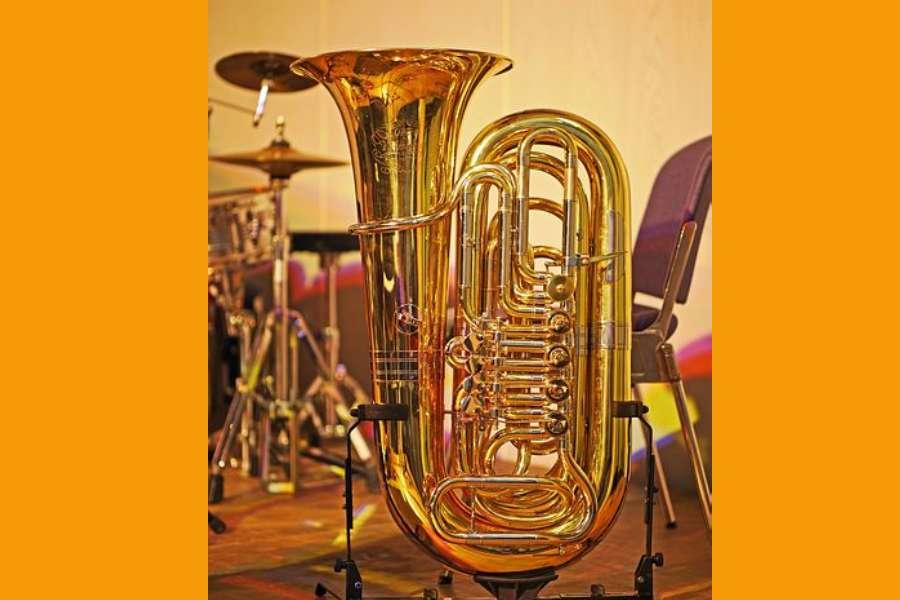 Na zdjęciu widać tubę, instrument dęty blaszany
