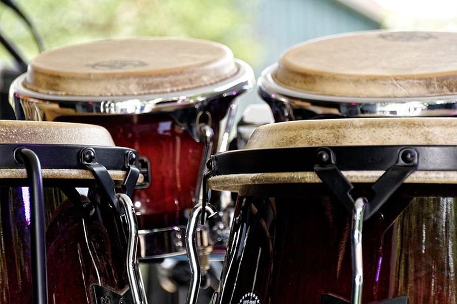 Na zdjęciu widać bongosy, które należą do instrumentów perkusyjnych.
