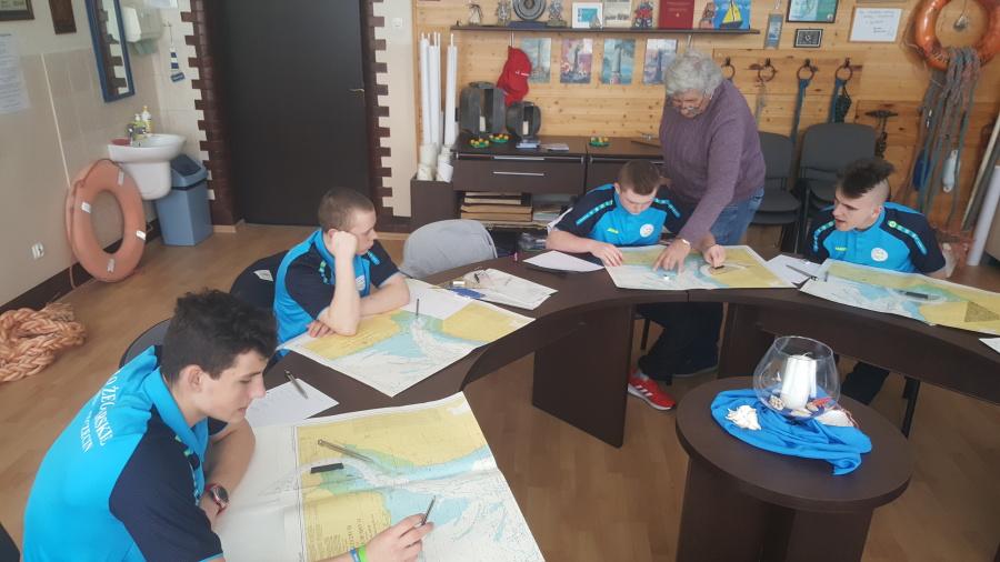 grupa młodzieży w sali z nauczycielem