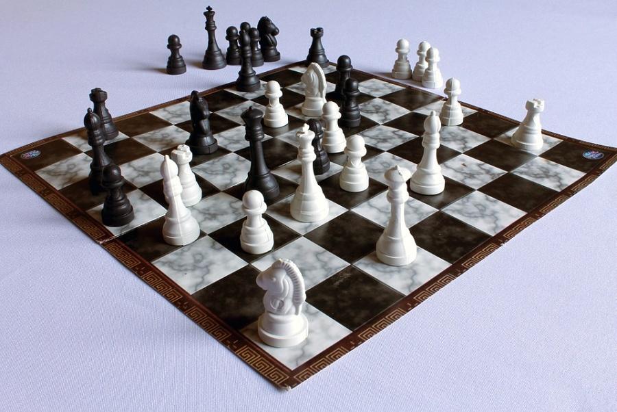szachownica na niej szachy