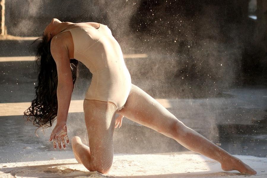 tancerka w klęku jednonóz, w wygięciu tułowia w tył