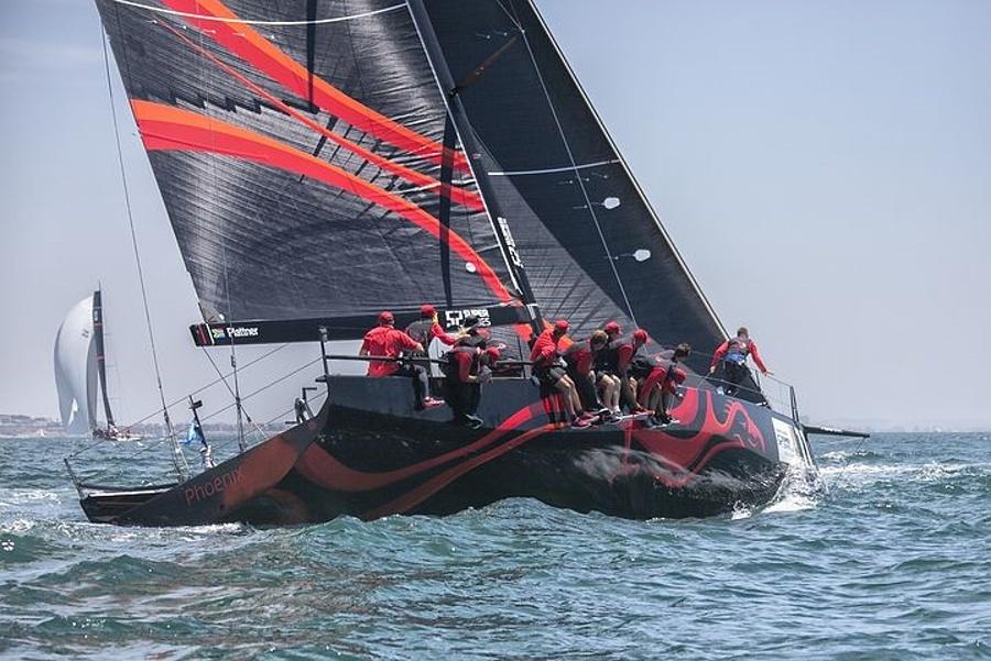 jacht regatowy w tle jachty na morzu