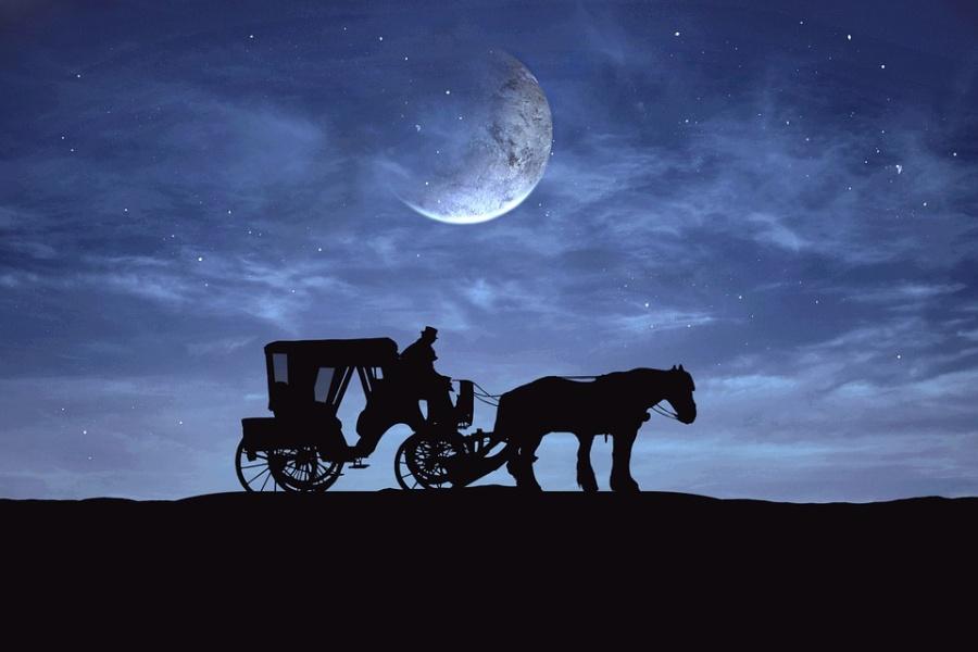 kareta z koniem i stangretem na tle wieczornego nieba