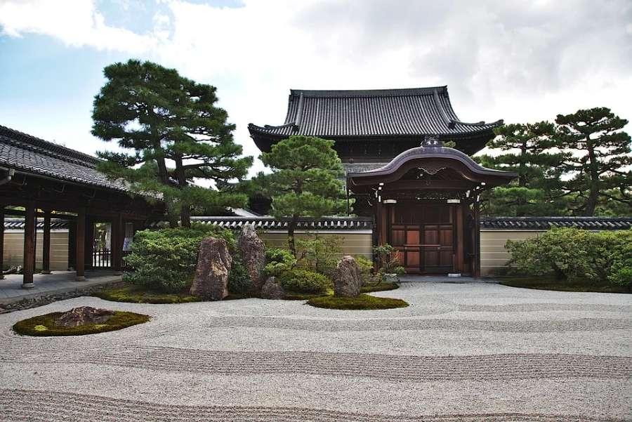 Zdjęcie przedstawia świątynie oraz ogród w stylu japońskim.