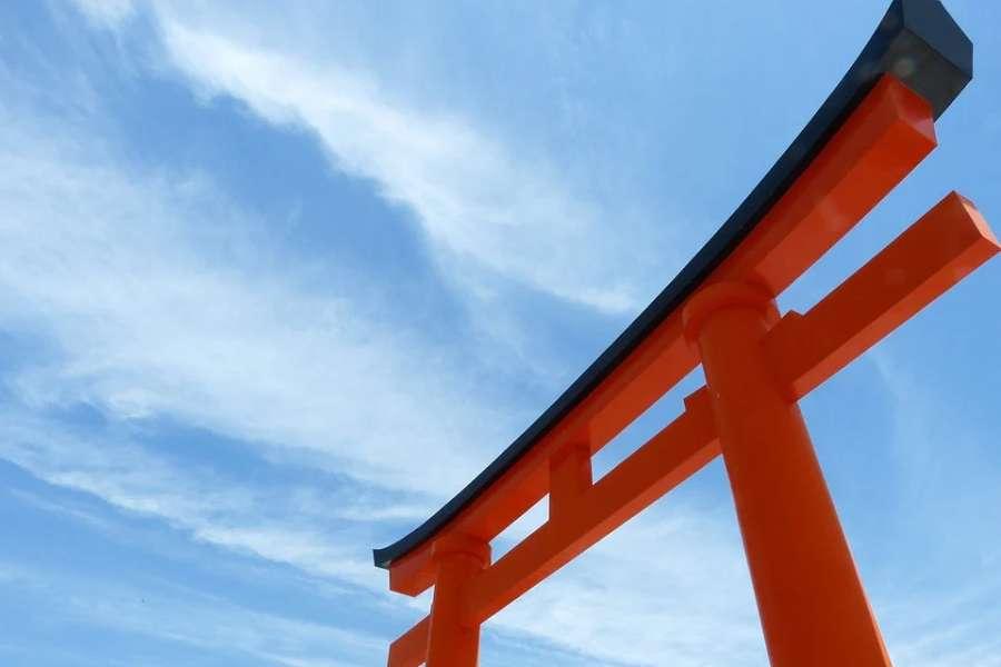 zdjęcie przedstawia japońską bramę(Tori)