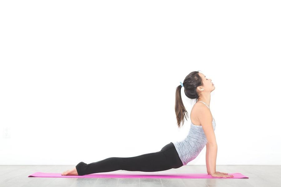 kobieta w leżeniu przodem wykonująca wygięcie w tył