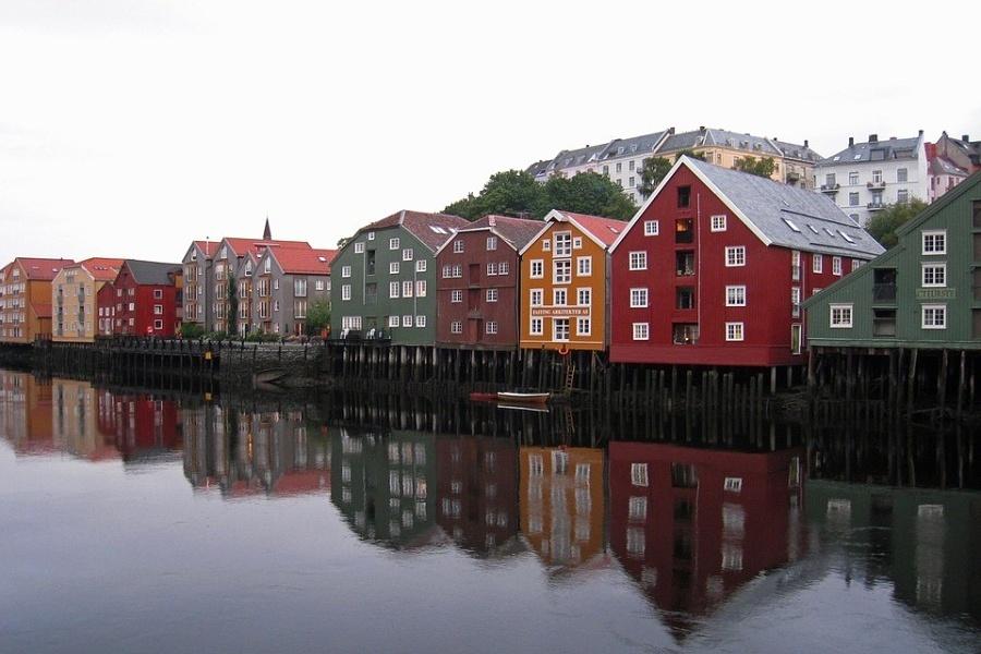 Nabrzeże nad spokojnym kanałem zabudowane kilkupiętrowymi domami, których fasady w pastelowych kolorach odbijają się w wodzie