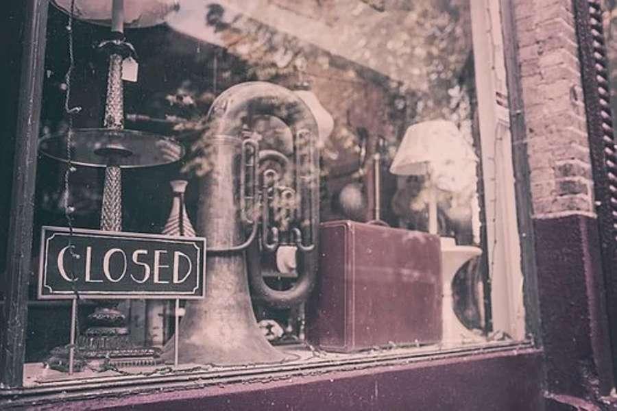 Na wystawie sklepu muzycznego widać tubę, insyrument z grupy instrumentów dętych blaszanych.
