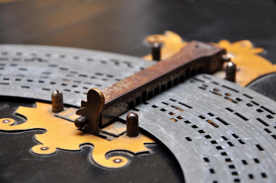 fragment płyty papierowo-kartonowej instrumentu muzycznego zwanego katarynką.