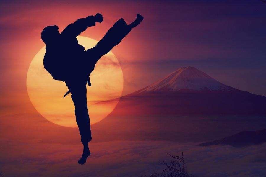 karateka ćwiczący o zachodzie słońca