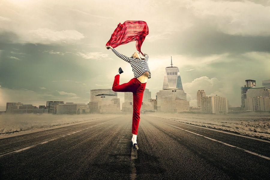 tancerka z chustą tańcząca na środku ulicy