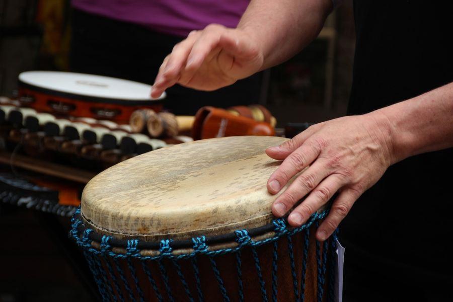 dłonie muzyka uderzającego w djembe