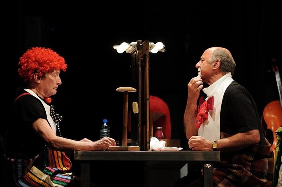 dwóch aktorów przy stole