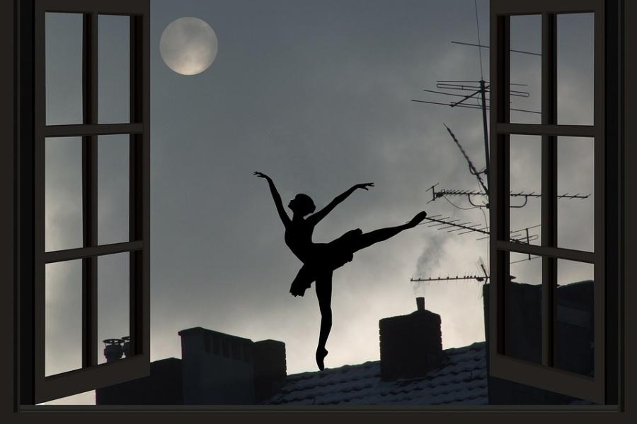 grafika - wieczór, pełnię księżyca, otwarte okno i widok pięknej pozy baletnica stojąca na dachu.
