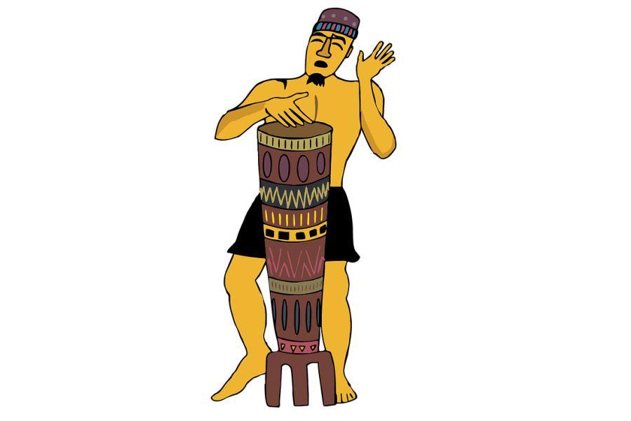 Rysunek przedstawia perkusistę grającego na instrumencie etnicznym przypominającym kubańską congę