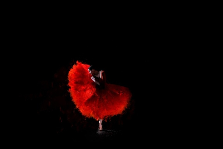 tancerka w czerwonek spódnicy na czarnym tle