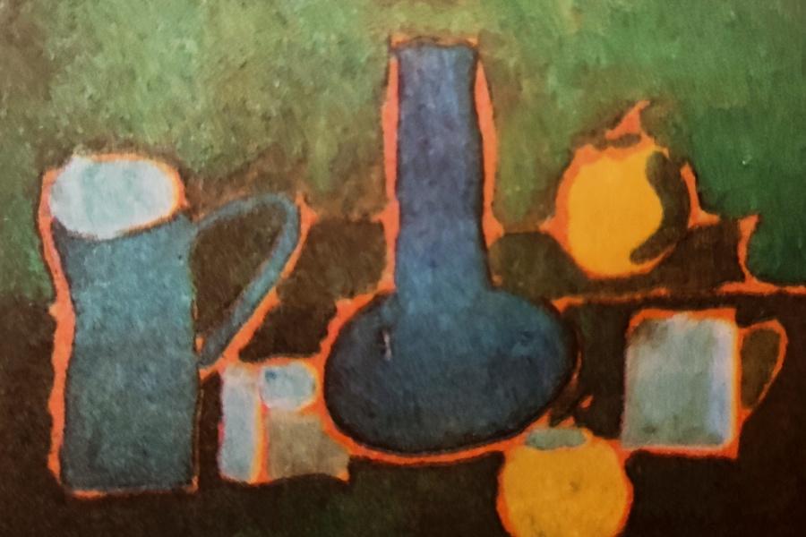 Martwa natura ucznia klasy IV przedstawia cztery naczynia kuchenne i dwa jabłka. Przedmioty malowane są w kolorach błękitnych, owoce w żółtych, a wszystkie obiekty otacza kontur pomarańczowy. Całość umieszczona jest na zielonym tle.
