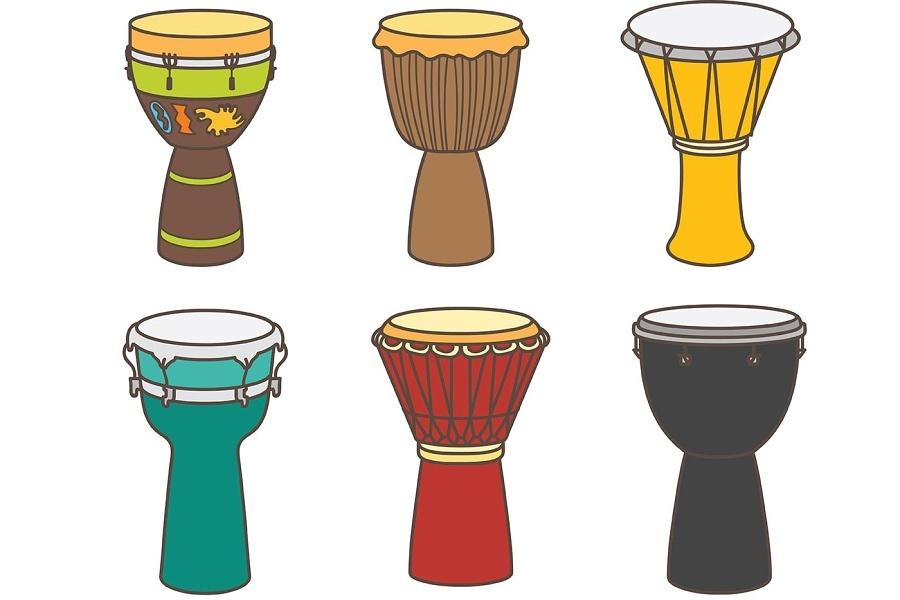 Rysunek przedstawia 6 różnokolorowych ręcznie malowanych afrykańskich instrumentów djembe.