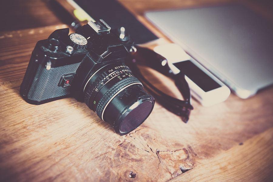 aparat lezący na drewnianym blacie stołu