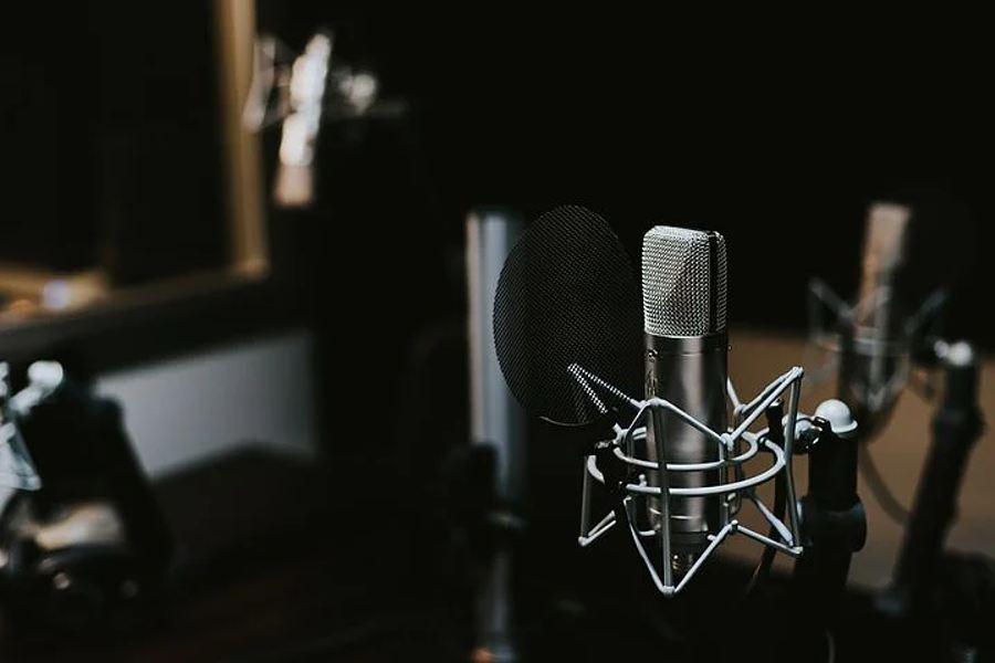 studio nagran, na pierwszym planie mikrofon