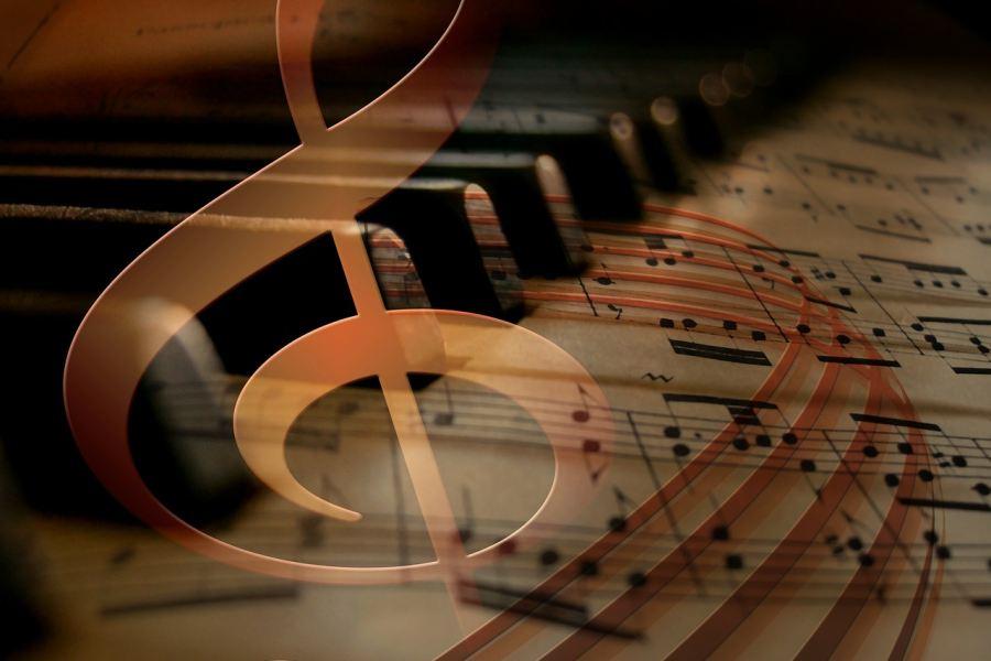klawisze fortepianu, nuty a na ich tle klucz wiolinowy