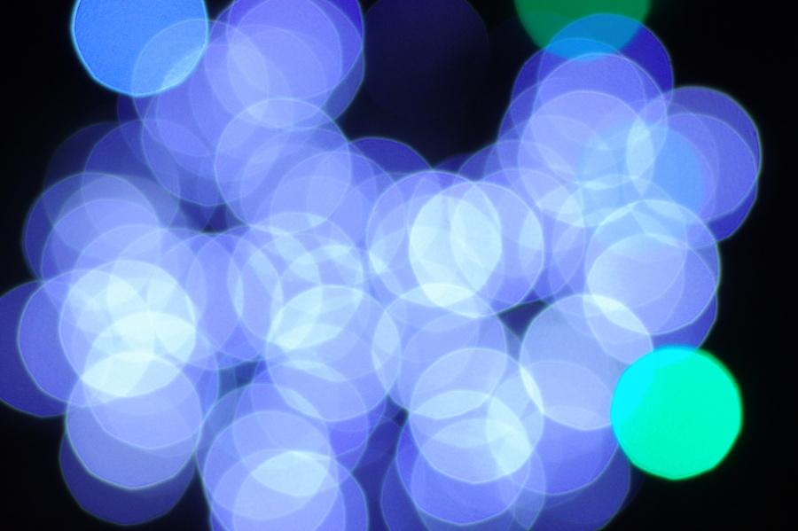 fotografia przedstawiająca abstrakcyjne plamy świetlne po rozostrzeniu lampek choinkowych