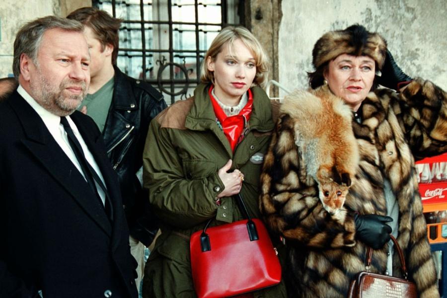 mężczyzna w garniturze i dwie kobiety