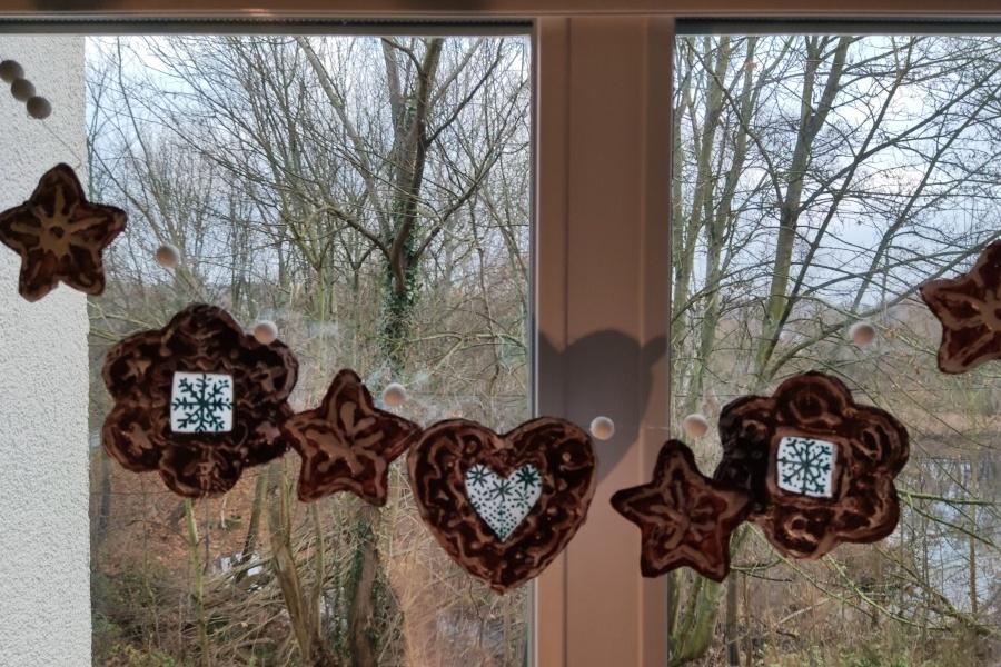 oiernikowa dekoracja zawieszona na oknie