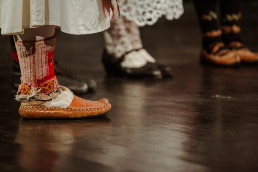 Na zdjęciu: Fragment nóg tancerzy stojących na scenie