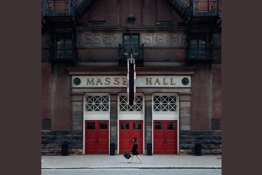 Na zdjęciu widać Massey Hall w Toronto. Budynek jest przeznaczony do organizowacji imprez artstycznych.