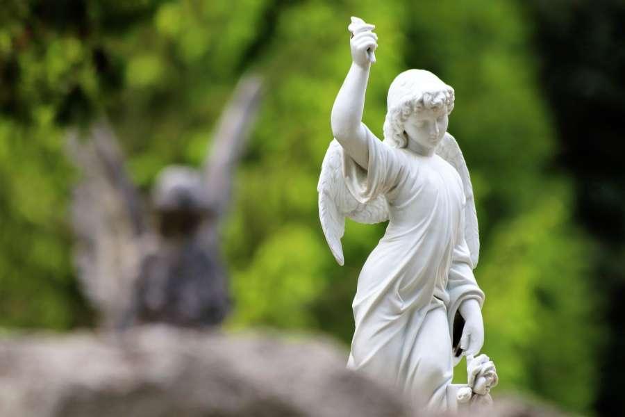 biały posąg anioła