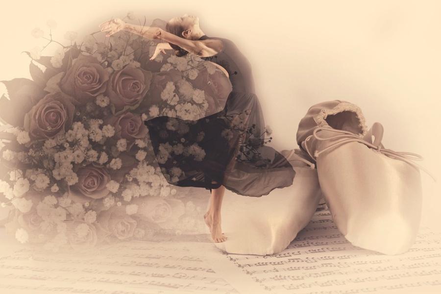 Zdjęcie przedstawia tancerkę, baletki i róże