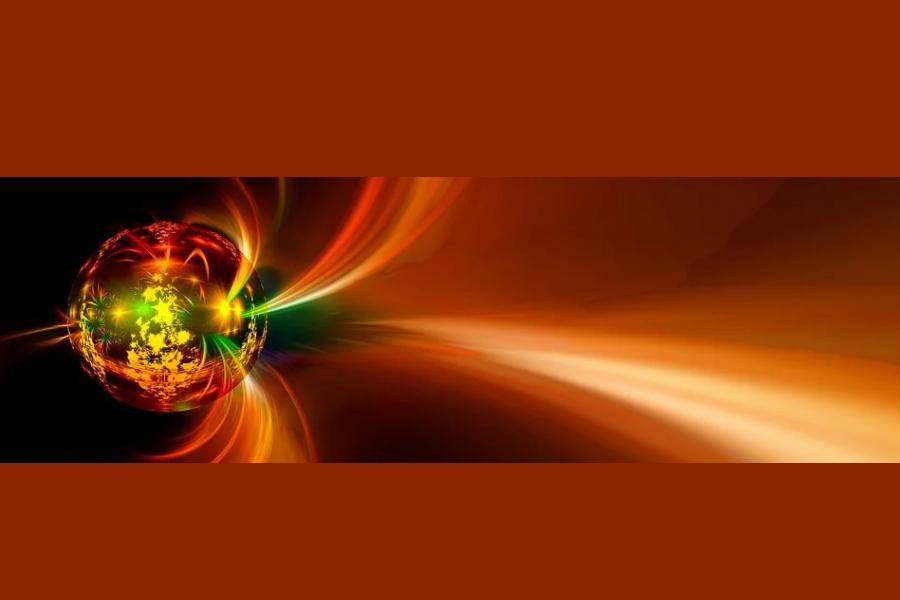 Zdjęcie przedstawia odbicie choinki w bombce i promienie świetlne.