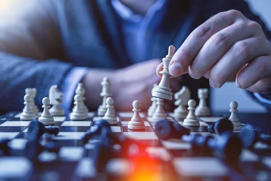 Szachista wykonuje ruch białym królem