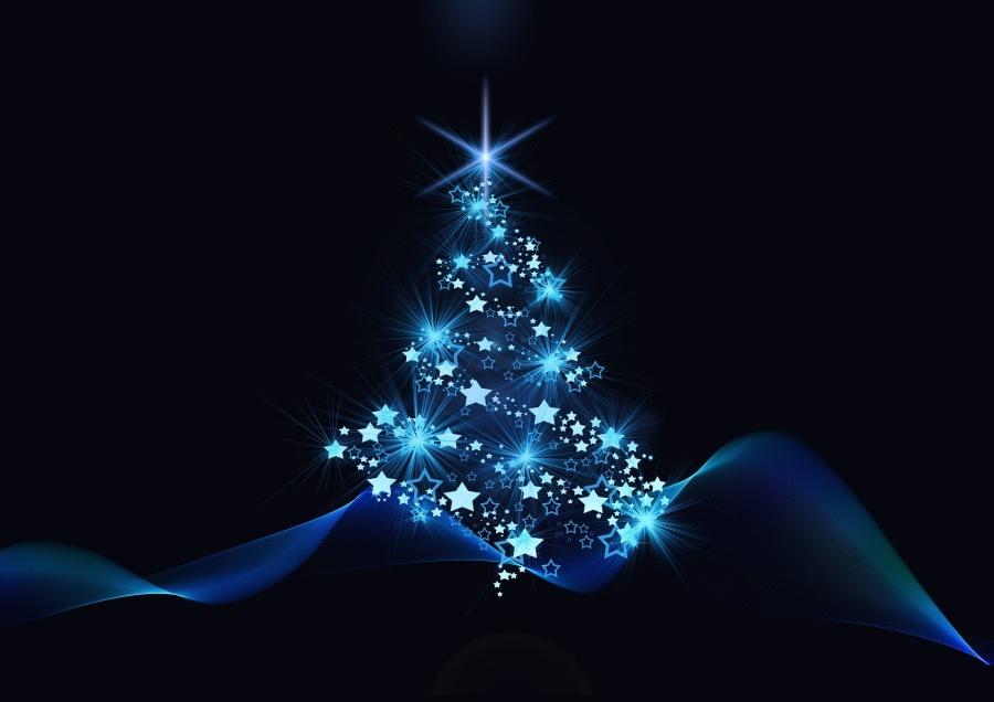 zdjęcie przedstawia rozświetloną gwiazdkami choinkę na niebieskim tle