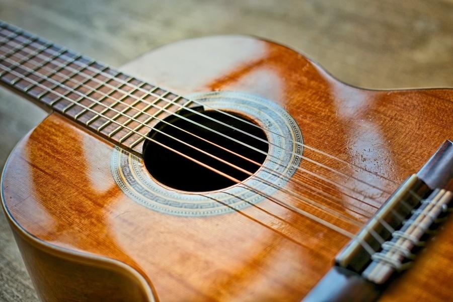 Gitara klasyczna na beżowym tle