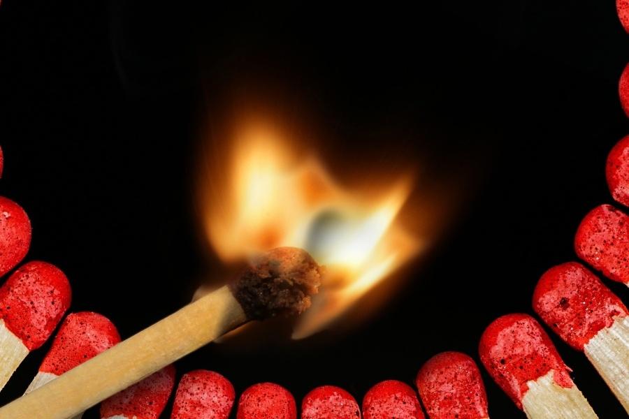 Zdjęcie przedstawia ustawione w półkole zapałki, a w ich środku jedna, płonąca