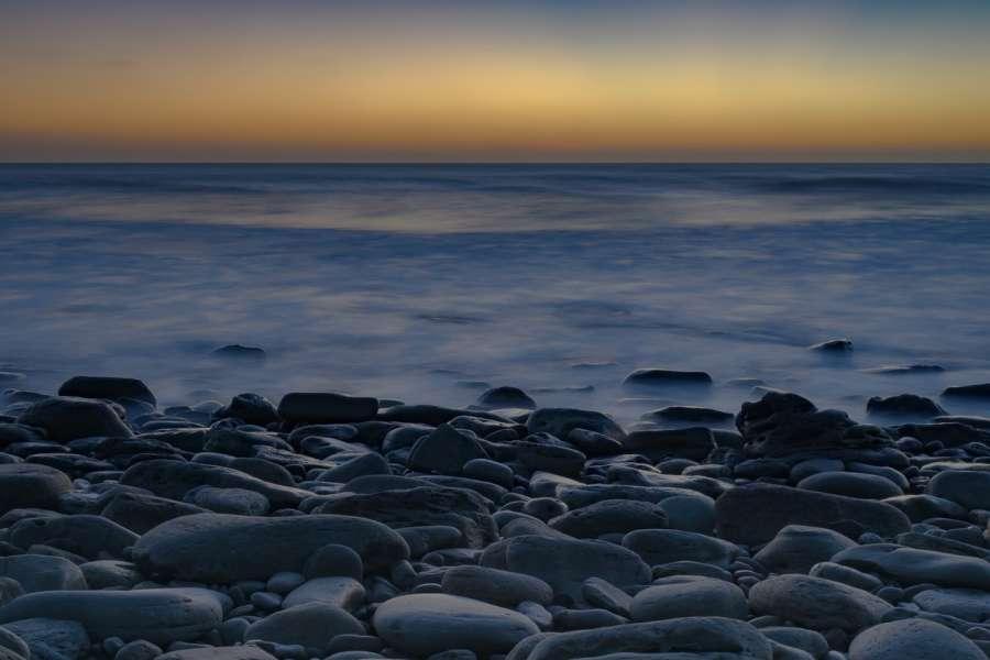 zdjęcie przedstawia morze oraz kamienistą plaże
