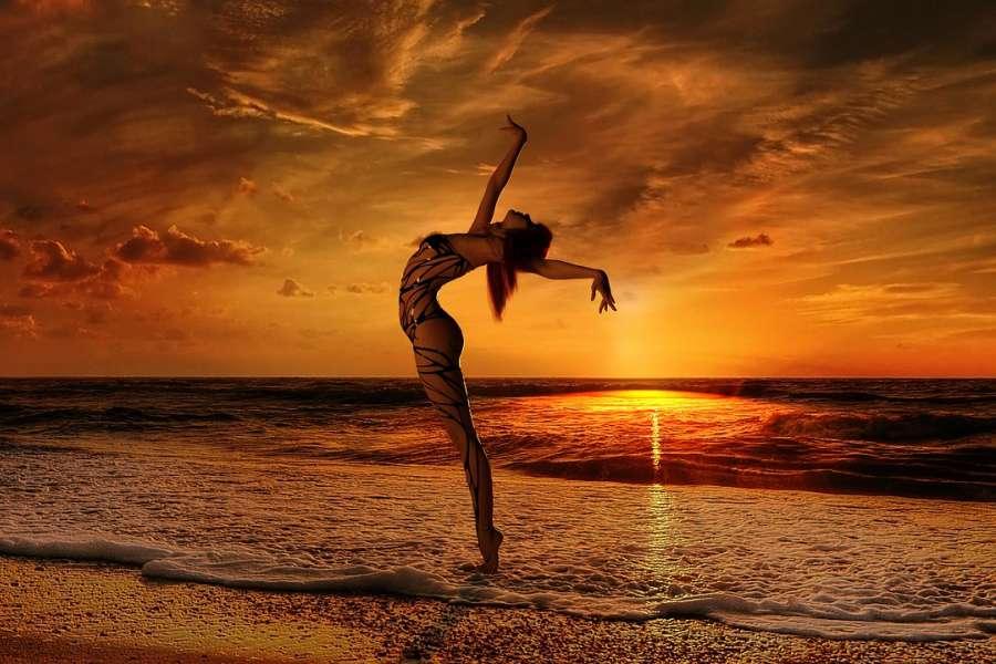 tancerka tancząca na tle zachodu słońca