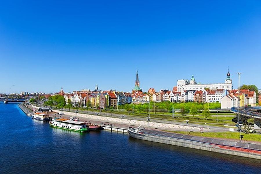 panorama na miesto od strony rzeki, w tle Zamek Książąt Pomorskcih