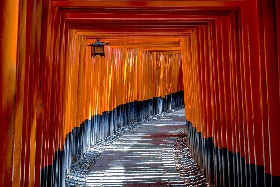 zdjęcie przedstawia japońską bramę- tori.