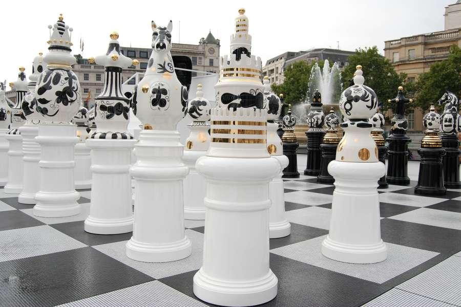 Figury szachowe w centrum Londynu.