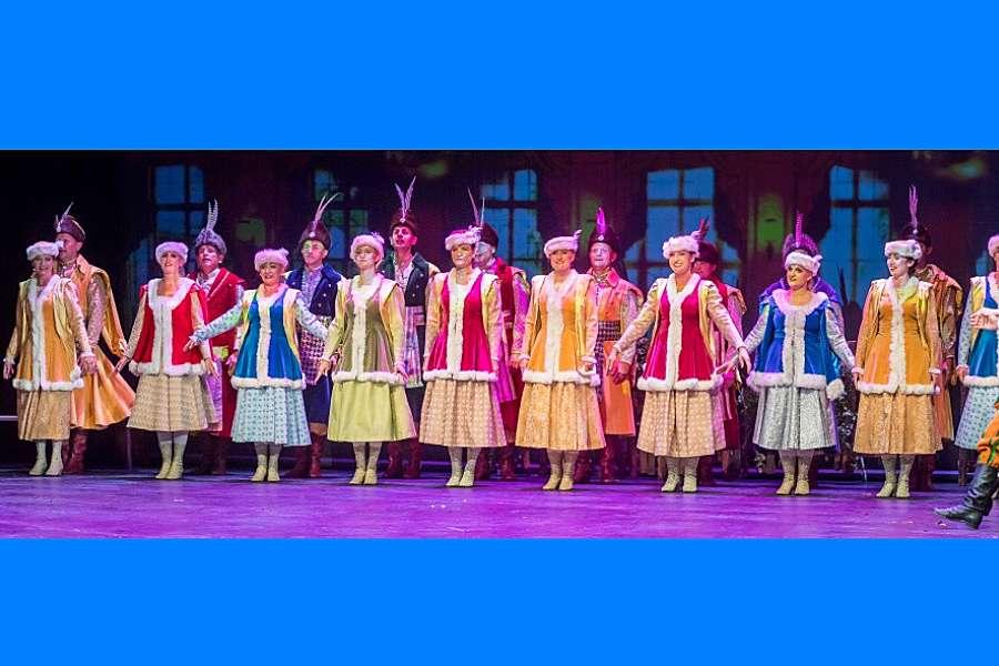grupa tancerzy w kontuszach szlacheckich na scenie
