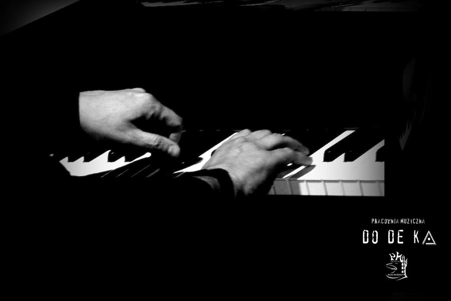 ręce mężczyzny na klawiaturze fortepianu