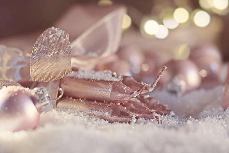 złote świece leżące na białym, śniegowym tle