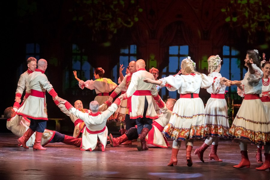 Tańczące pary w strojach stylizowanych na stroje z wieku XIX.