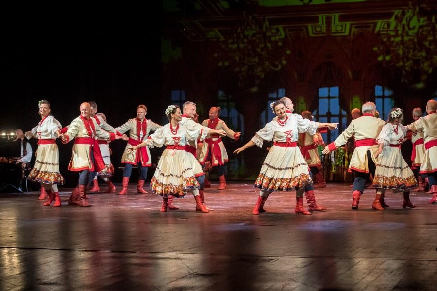 Tańczące pary w strojach stylizowanych na stroje z wieku XIX