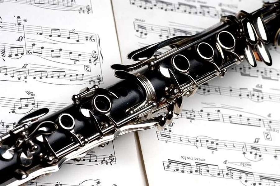 Na zdjęciu widać klarnet, który został położony na nutach.