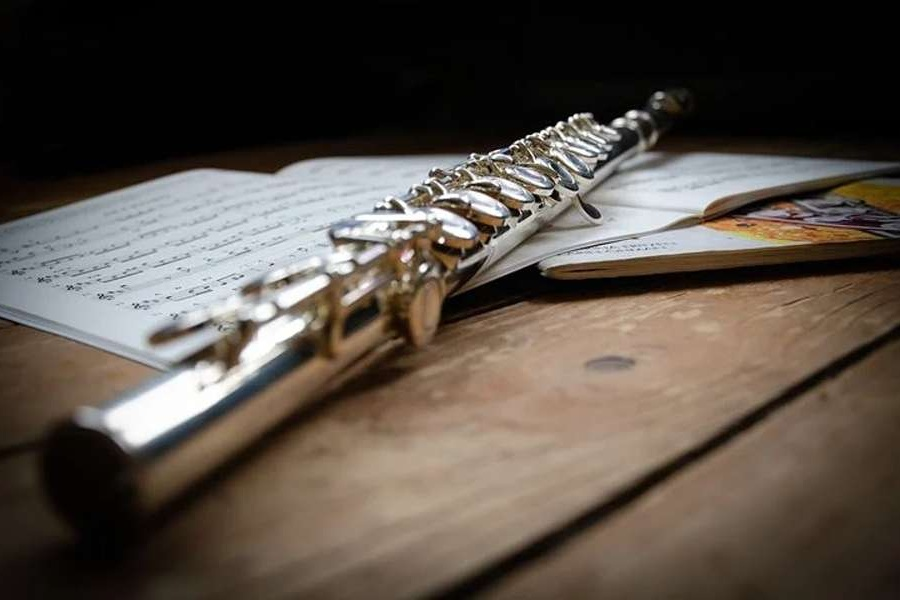 Na zdjęciu widać flet prosty, który położony jest na nutach.