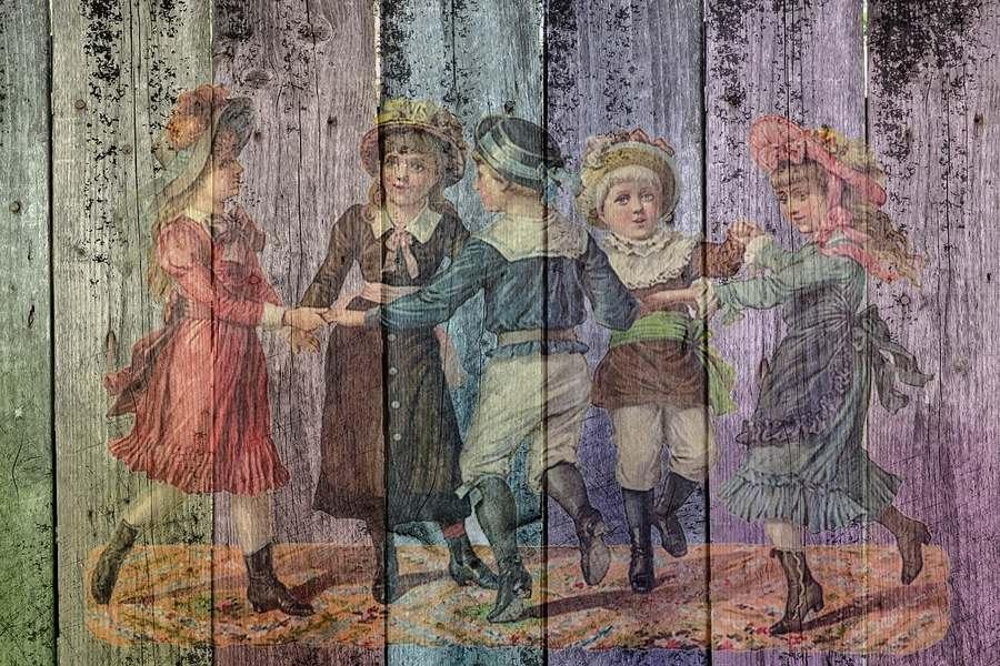 Rysunek na drewnie dzieci podczas zabawy